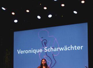 Veronique tijdens de presentatie van haar boek